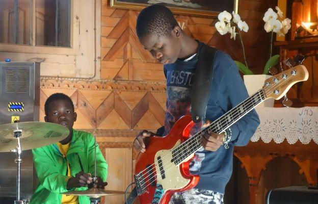 Dzieci do rąk zamiast broni dziś dostają instrumenty
