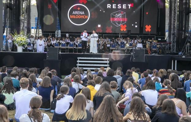 Czego nie wolno zmieniać w celebracji Mszy św.? Komisja KEP wyjaśnia zachowanie abp. Rysia podczas Areny Młodych