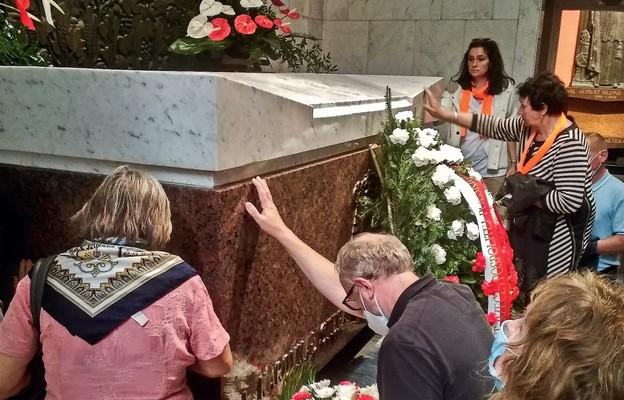 Przy grobach błogosławionych