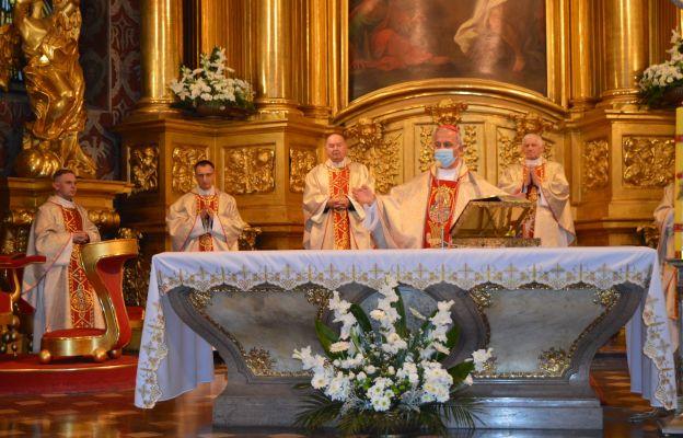 Bp Jan Piotrowski przewodniczy Mszy świętej w bazylice katedralnej w Kielcach