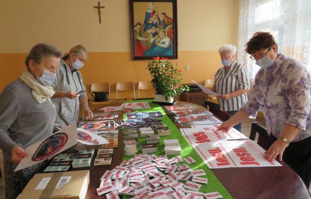 """Zespół """"Iskra Bożego Miłosierdzia"""" przygotował materiały ewangelizacyjne w postaci: ulotek, plakatów, plakietek, butonów, okolicznościowych śpiewników dla uczestników tego wydarzenia"""
