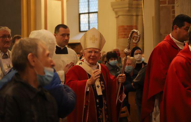 Arcybiskup błogosławi wiernych