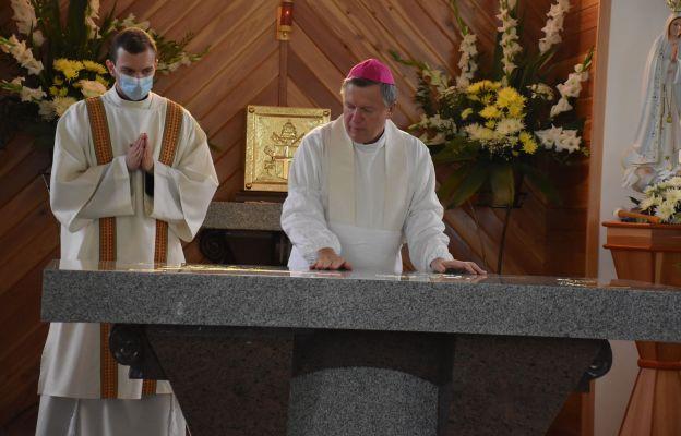 Obrzęd namaszczenia ołtarzem krzyżmem świętym