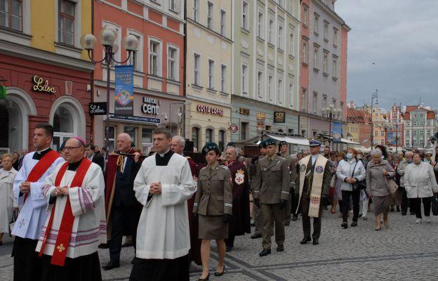 Ulicami Wrocławia przeszła procesja z relikwiami śś. Stanisława i Doroty