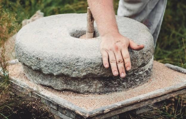 Kamień młyński u szyi