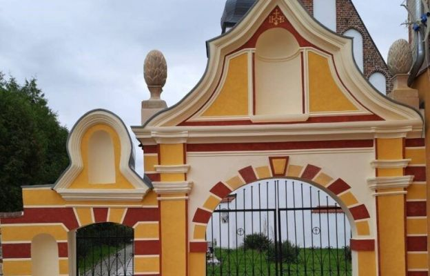 Odrestaurowano zabytkową bramę przy kościele w Kwielicach