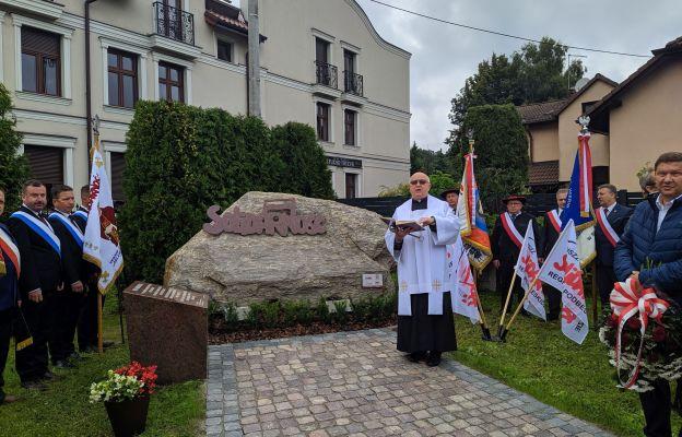 Ks. Józef Oleszko poświęcił pomnik Solidarności w Skoczowie.