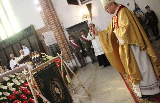 Biskup poświęcił nowy sztandar ośniańskich leśników