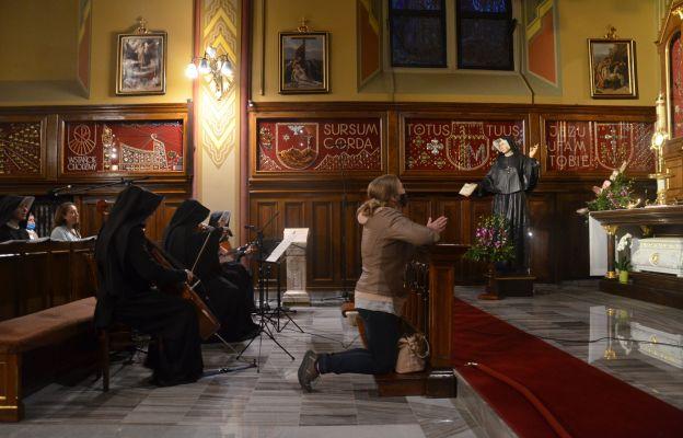 Siostry modlą się przy akompaniamencie instrumentów