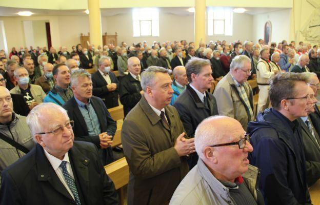 Mężczyźni podczas Eucharystii