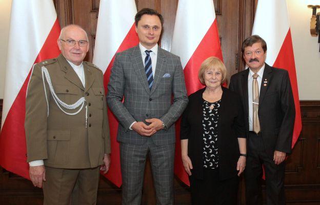 Łódź: Medal Niepodległości dla o. Józefa Łągwy SJ