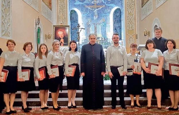 Chór parafialny na czele z miejscowymi kapłanami