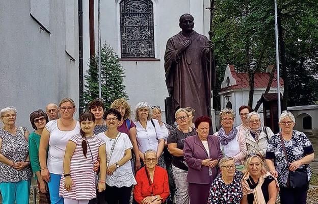 Pielgrzymi przy pomniku św. Jana Pawła II