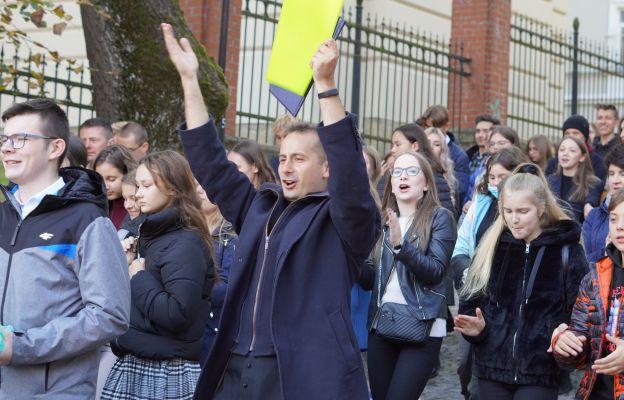 Młodzież w procesji do katedry