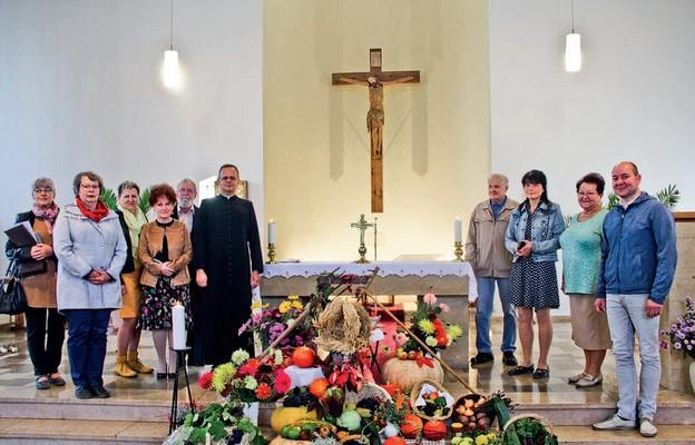 Ks. Artur Żuk z grupą parafian po niedzielnej Mszy św.