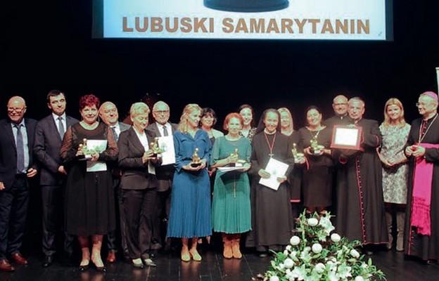 Laureaci z bp. Tadeuszem Lityńskim i prezydentem Głogowa