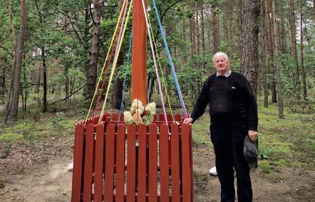 Józef Stanicki przy jednym z odnowionych przez siebie krzyży