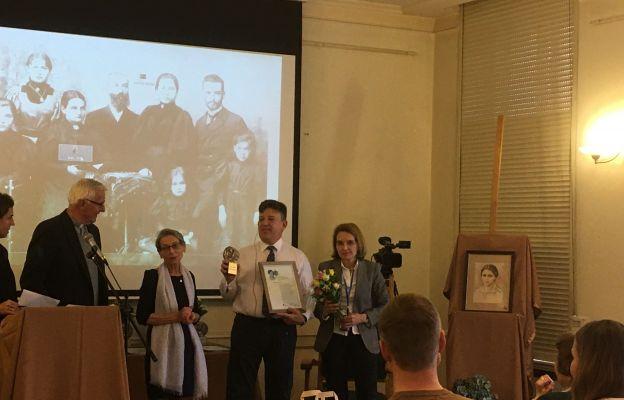 Paul Gordon, wnuk Elzy Stein, odbiera nagrodę w imieniu Susanne Batzdorff