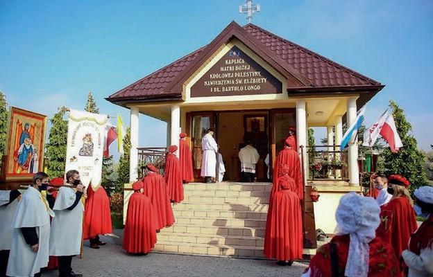Przy kaplicy Matki Bożej Królowej Palestyny w Praszce, 25 października 2020 r.