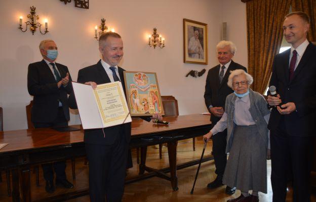 Ikonę św. rodziny wręczała m.in. Danuta Ciesielska – żona sługi Bożego Jerzego Ciesielskiego