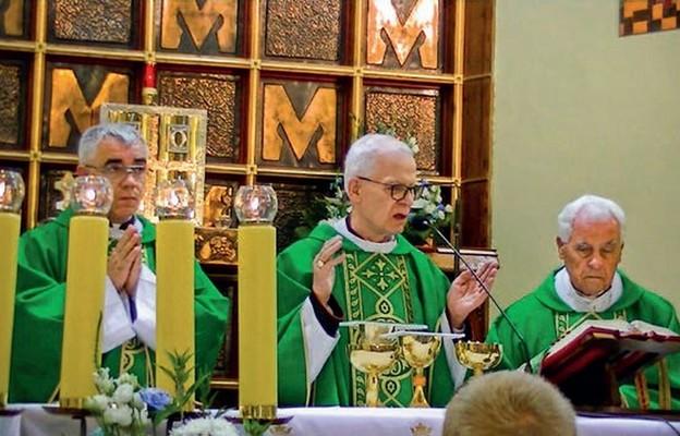 Modlitwie dziękczynnej przewodniczył abp Józef Michalik, obok proboszcz parafii ks. Kazimierz Rojek i pierwszy proboszcz ks. Szymon Nosal
