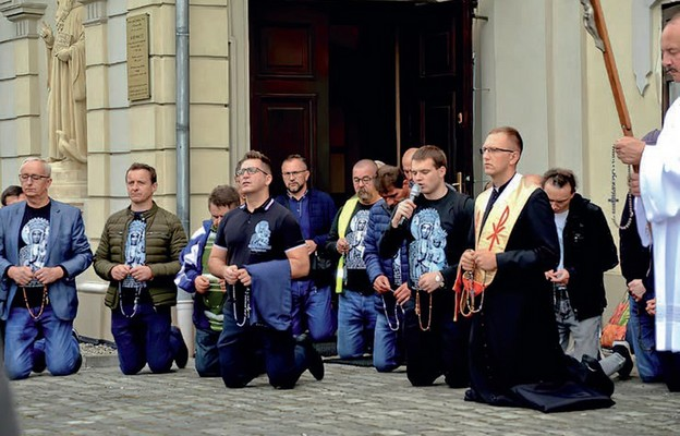 Po modlitwę różańcową sięga coraz więcej mężczyzn, również tych młodych