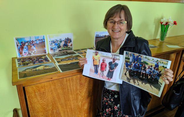 Romana Caputa prezentuje zdjęcia z misji swojego brata.