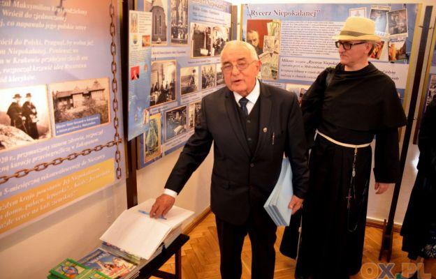 Jan Hajduga przy swojej wystawie.