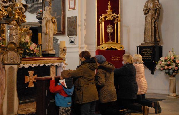 Kobiety modliły się dzisiaj w Trzebnicy przed relikwiami św. Jadwigi