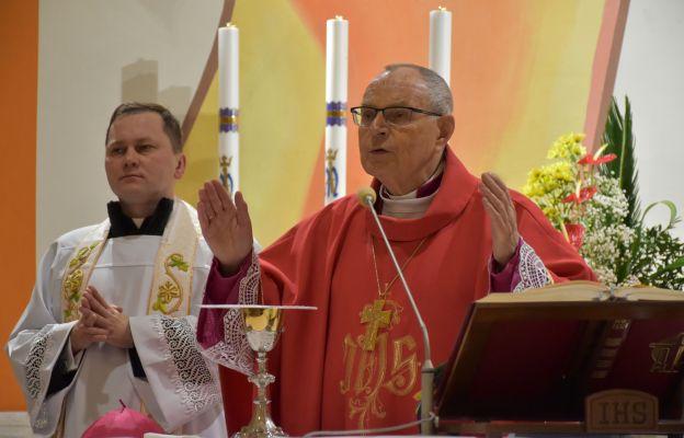 Bp Długosz: niech bierzmowanie nie będzie uroczystym pożegnaniem z Kościołem