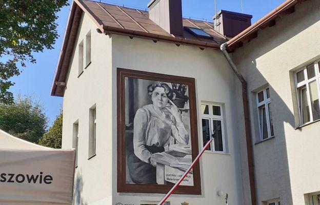Mural przedstawiający patronkę szkoły