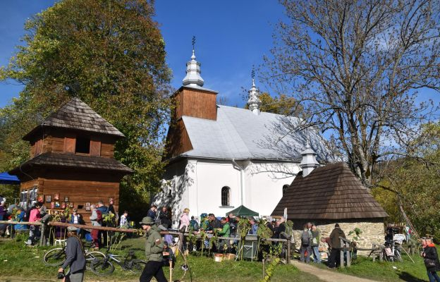 Pielgrzymi gromadzili się wokół zabytkowej świątyni.