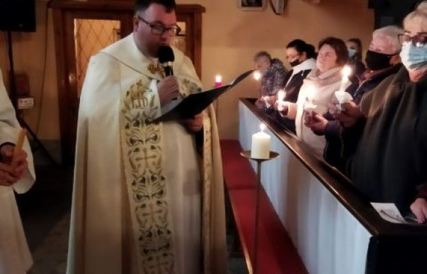 Podczas czuwania wierni modlili się Drogą Światła, ogarniając w sposób szczególny tych wszystkich, którzy wyprzedzili nas w drodze do Domu Ojca
