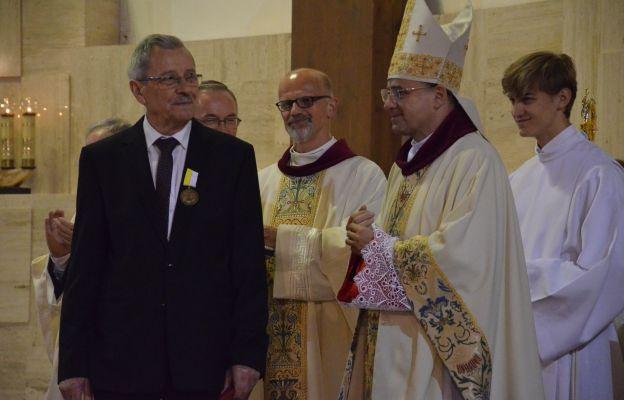 Parafia św. Jana Kantego przeżywała odpust ku czci swego patrona i odznaczenie swego parafianina za ponad 35 lat posługi dla archidiecezji krakowskiej