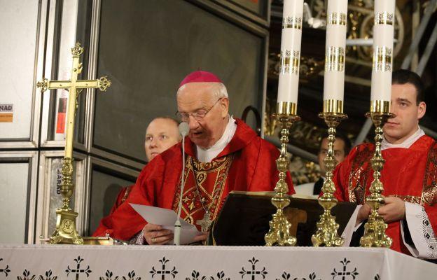Bp Ignacy Dec w imieniu bp Marka Mendyka wręcza dekret ks. Krzysztofowi Orze na koordynatora etapu diecezjalnego synodu