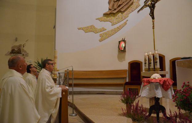 W kościele pw. św. Kingi mają relikwie św. Jana Pawła II i jego piuskę.