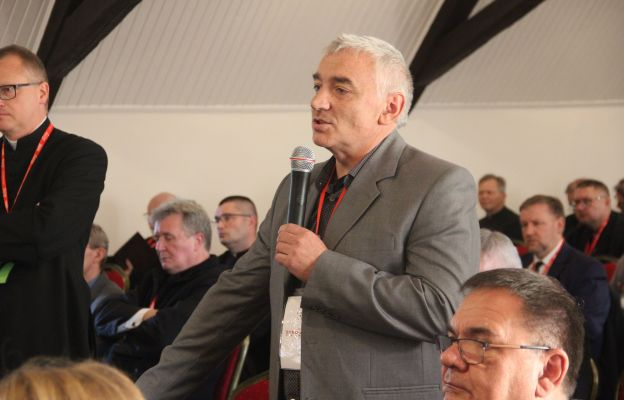 Uczestnicy synodu mają możliwość zadawania pytań do materiału przedstawionego przez ks. Mazurkiewicz i trwa dyskusja