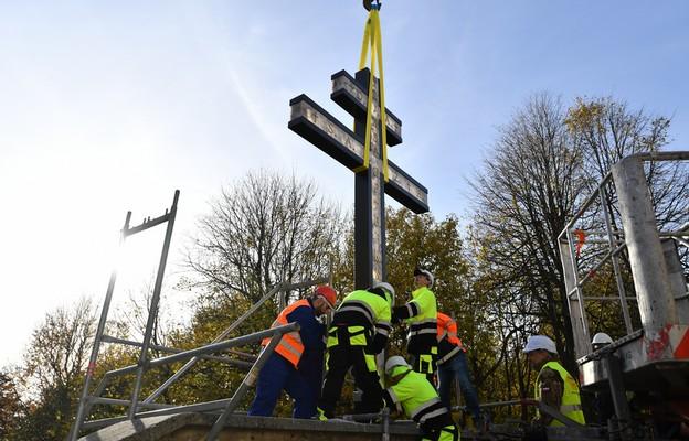 Św. Krzyż: Przy bazylice ustawiono krzyż morowy