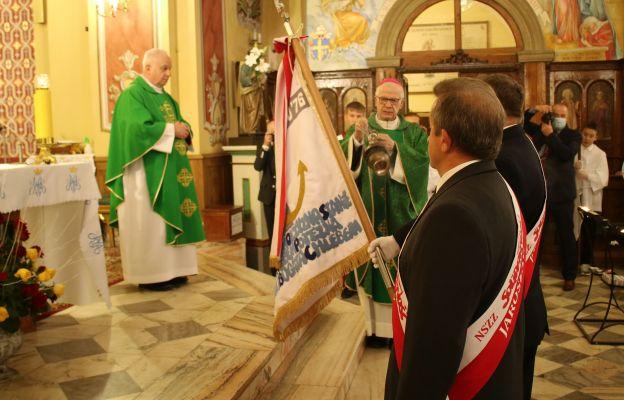 Poświęcenia i okadzenia sztandaru dokonuje ks. abp Józef Michalik
