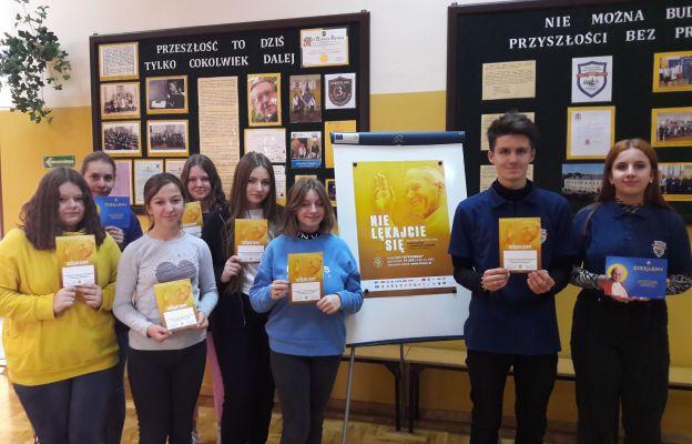 Uczniowie zaangażowani w Dzień Papieski