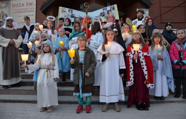 Dzieci przypomniały mieszkańcom królewskiego miasta, że święci są blisko naszej codzienności