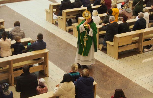 O. Teodor Knapczyk błogosławi wiernych Najświętszym Sakramentem w Pogórzu